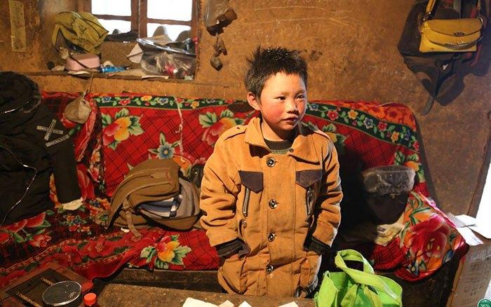 Мальчик живет в нищете, но мечтает получить базовое образование, чтобы изменить свою судьбу.