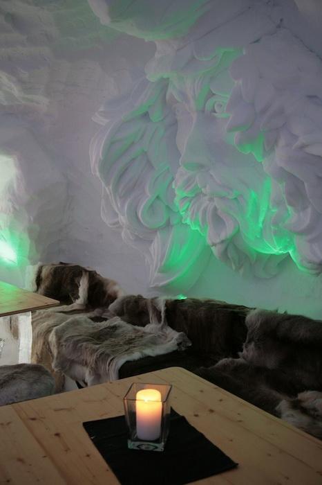 Ледяные скульптуры на стенах отеля IgluLodge