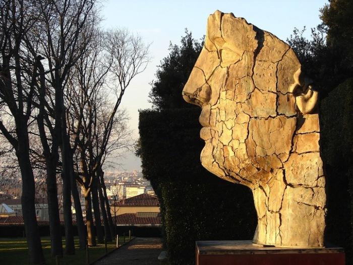 Статуя Tindaro Screpolato установлена в саду Боболи (Флоренция, Италия)
