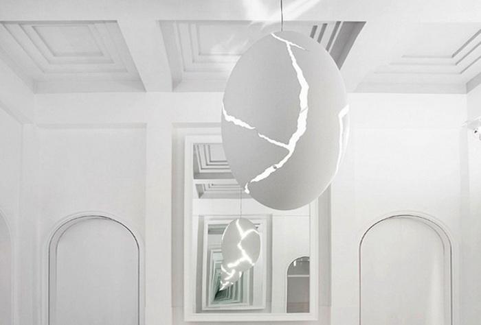 Лампа в форме треснувшего яйца от дизайнера Инго Маурера