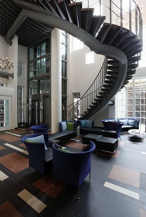 Несмотря на аутентичный стиль, внутри отель выглядит очень современным