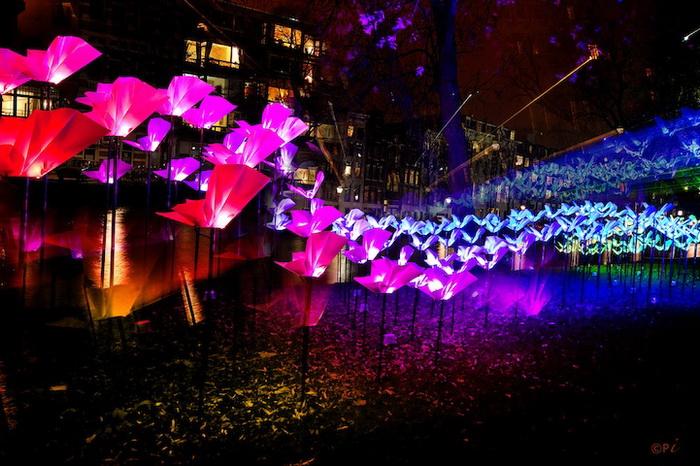 Сотник разноцветных бабочек в парке Амстердама
