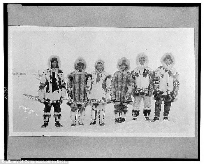 Мужчины в меховых нарядах, которые защищают их от холода. Фото сделано в период с 1900 по 1930- гг.