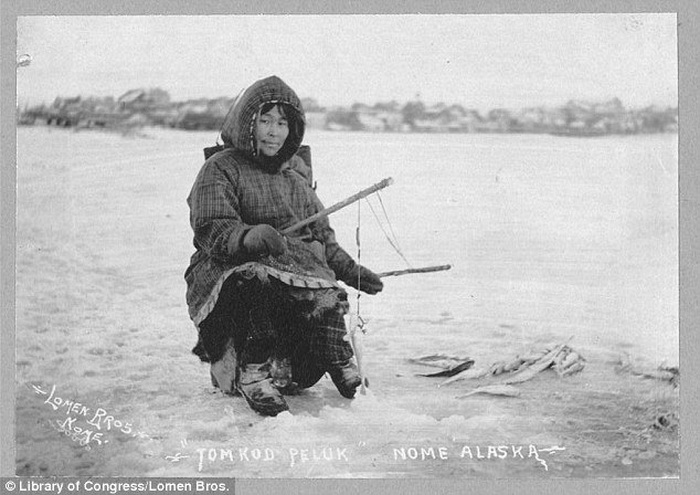 Подледная рыбалка. Женщина позирует с уловом