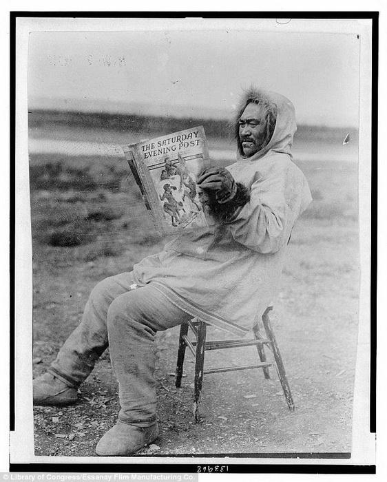Мужчина-инуит читает Saturday Evening Post, выпуск 1913 г.
