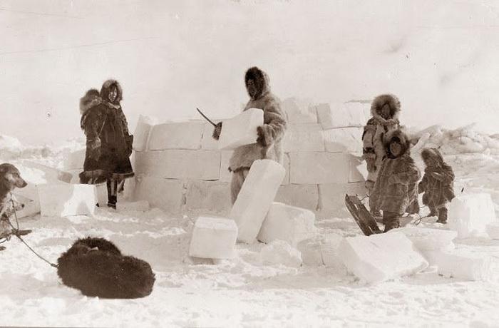 Семья строит иглу из ледяных блоков, 1924 г.