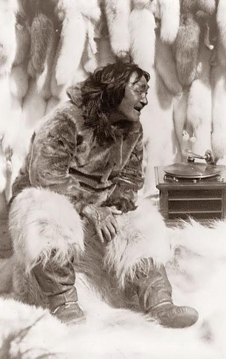 Знакомство эскимоса с музыкальным проигрывателем, 1929 г.