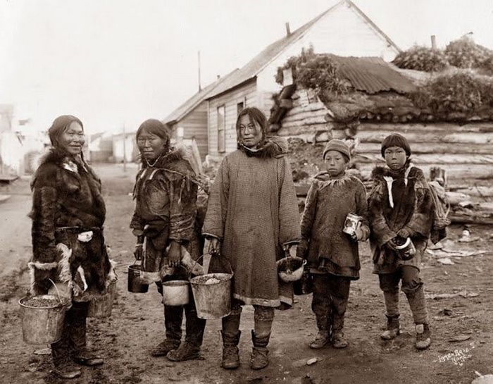 Собирательницы ягод. женщины народности инуиты. Аляска, начало 1900-х гг.
