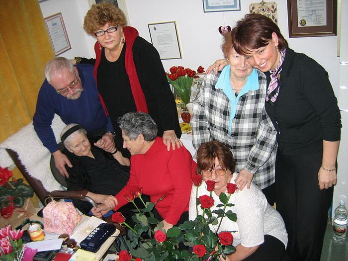 Ирэна Сэндлер в окружении тех, кого она спасла из Варшавского гетто