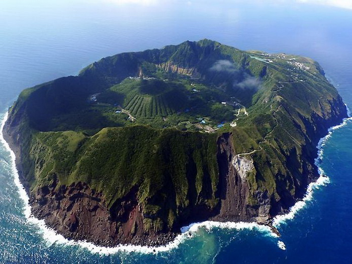 Остров-вулкан Аогашима.