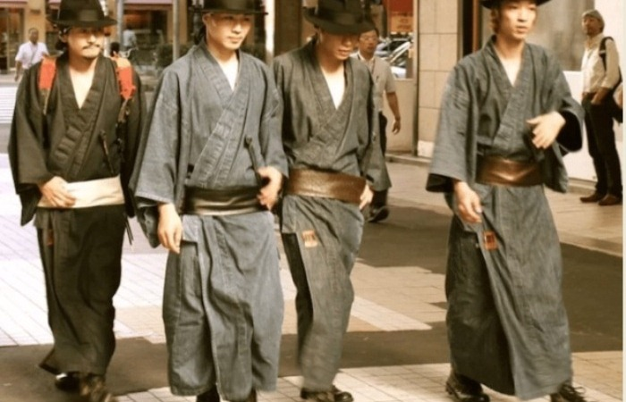 Японские самураи на улицах Токио.