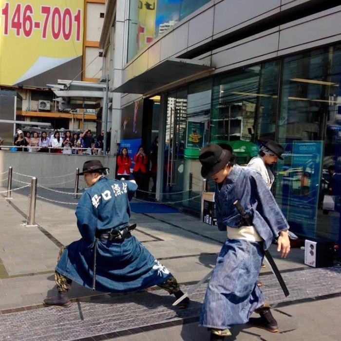 Самураи собирают мусор.