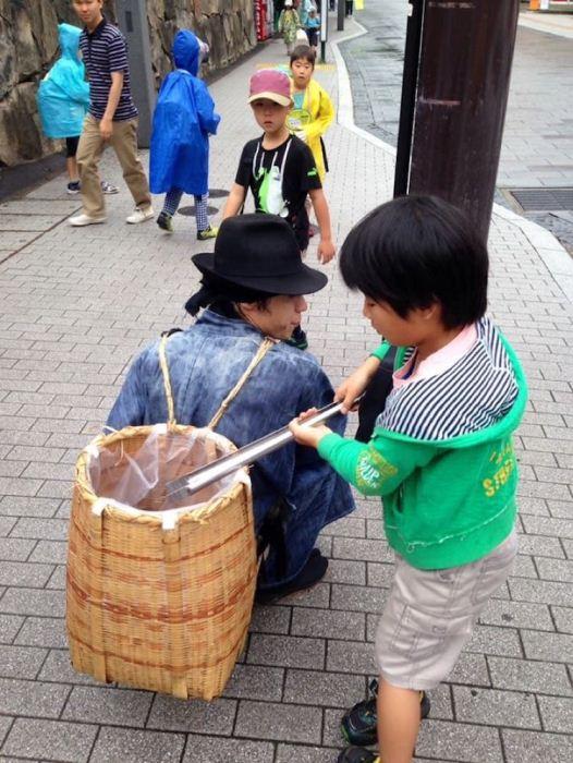 Мальчик помогает самураю.