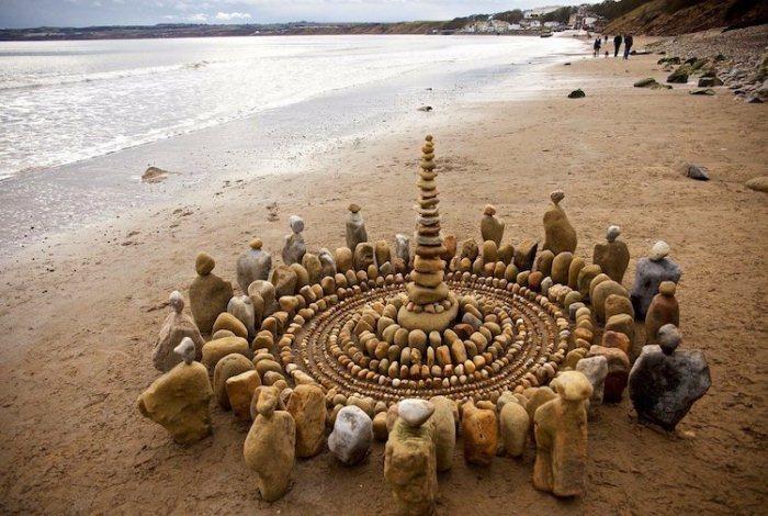 Мандала с балансирующими камнями. Ленд-арт на пляже.
