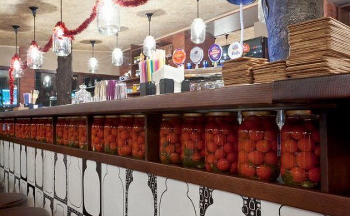 Банки с консервированными помидорами украшают барную стойку