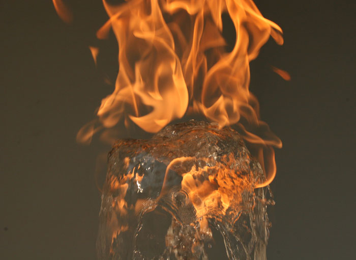 Огонь поддерживается благодаря природному газу