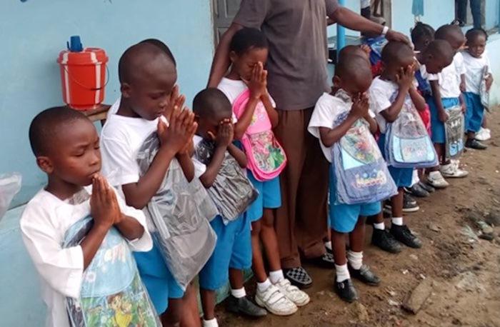 Дети получили новые школьные принадлежности.