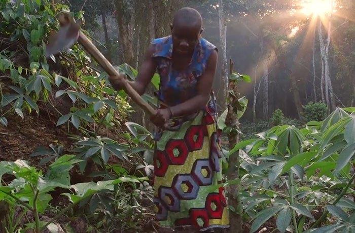 Представитель племени пигмеев в Конго.