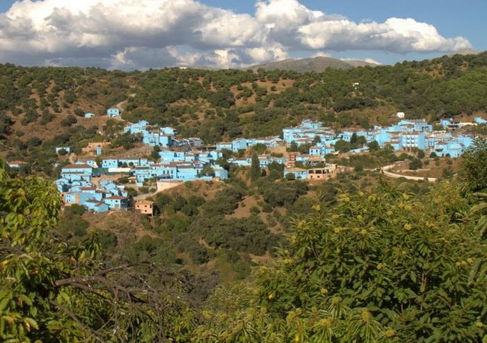 *Город смурфиков*: необычная синяя деревня