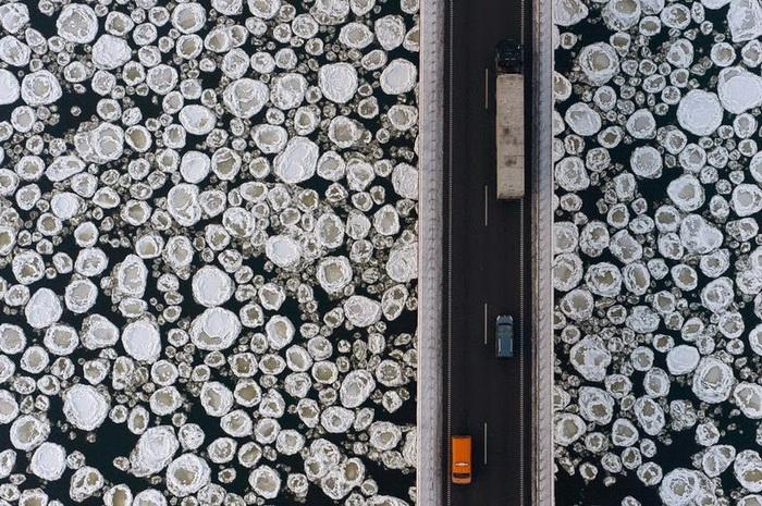 Дорога вдоль замерзшей реки Висла. Аэрофотография от Каспера Ковальски (Kacper Kowalski)