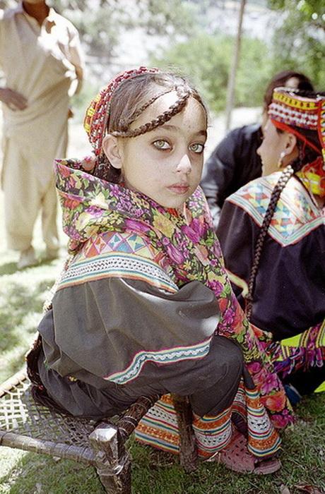 Девочки с детства носят национальные платья