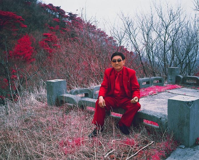 Мужчина в костюме держит путь из Пхеньяна в Вонсан. Корейцы одеваются очень консервативно.