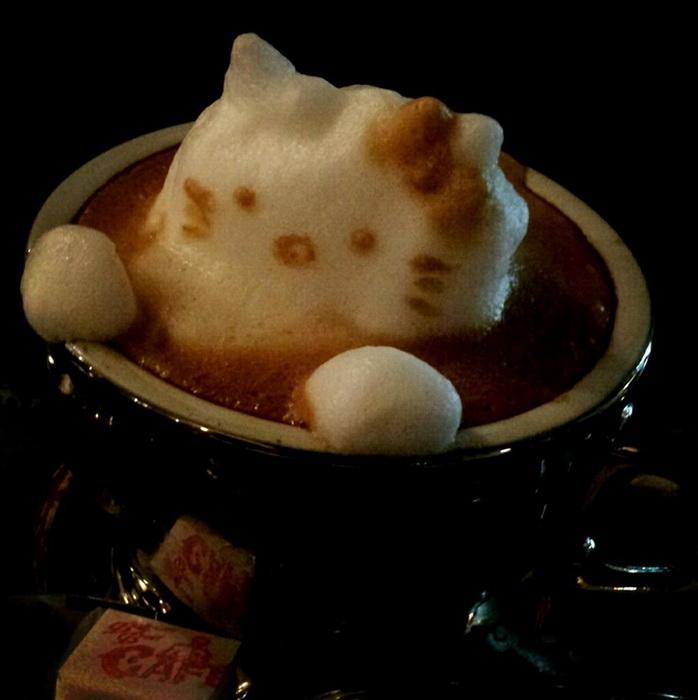 Кошечка Hello Kitty из кофейной пенки от Казуки Ямамото
