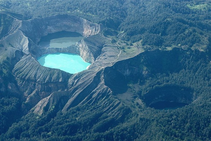 Уникальные трехцветные озера в кратере вулкана Келимуту (Индонезия)