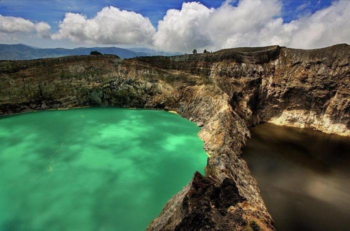 Трехцветные озера в кратере вулкана Келимуту