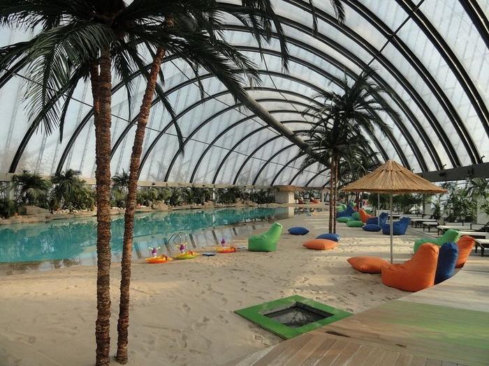 Тропический пляж в торгово-развлекательном центре *Хан Шатыр*