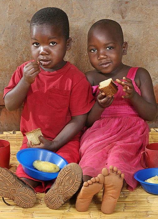 Завтрак 4-летних Phillip и Shelleen Kamtengo из Малави