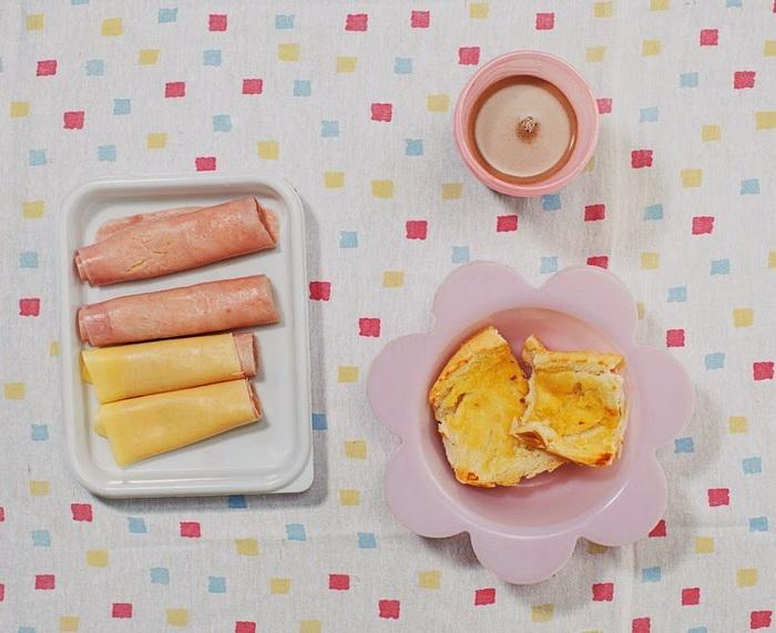 Завтрак 4-летней Aricia Domenica Ferreira и ее 2-летнего брата Hakim Jorge Ferreira Gomes из Сан-Паулу