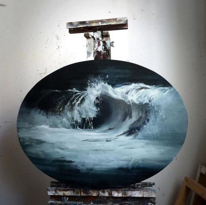 Свои картины Ким Коган создает на холстах овальной формы