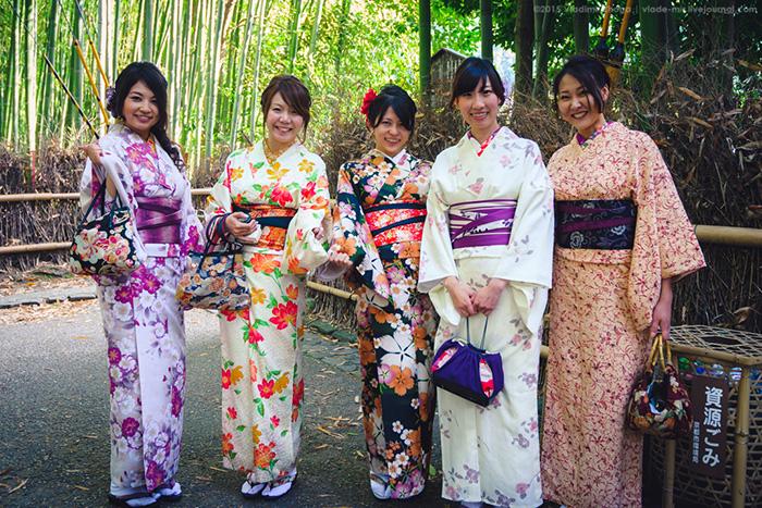 Девушки в кимоно на улицах Киото