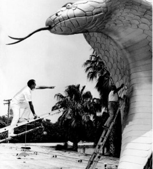Вход в серпентарий украшала гигантская фигура ядовитой змеи.