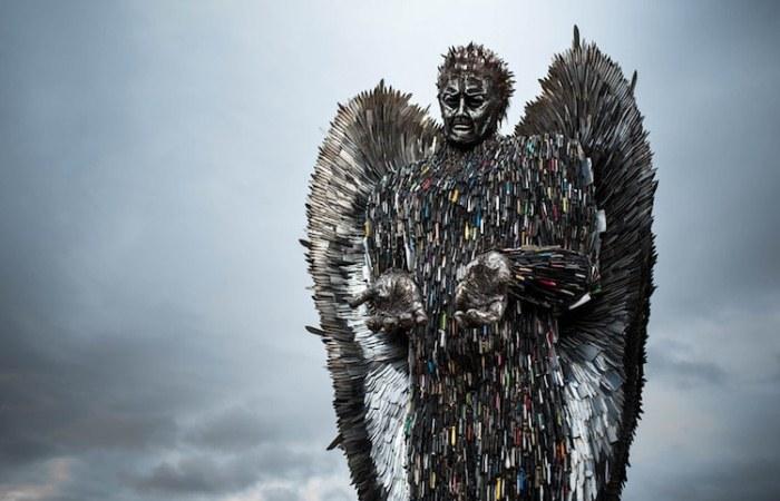 Акция против насилия: скульптор создал скульптуру из ножей.