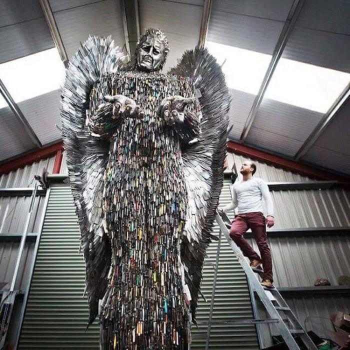Скульптура ангела из 100 тысяч ножей.