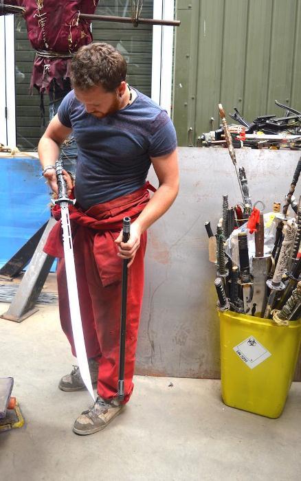 Альфи Брэдли разбирает оружие для скульптуры.