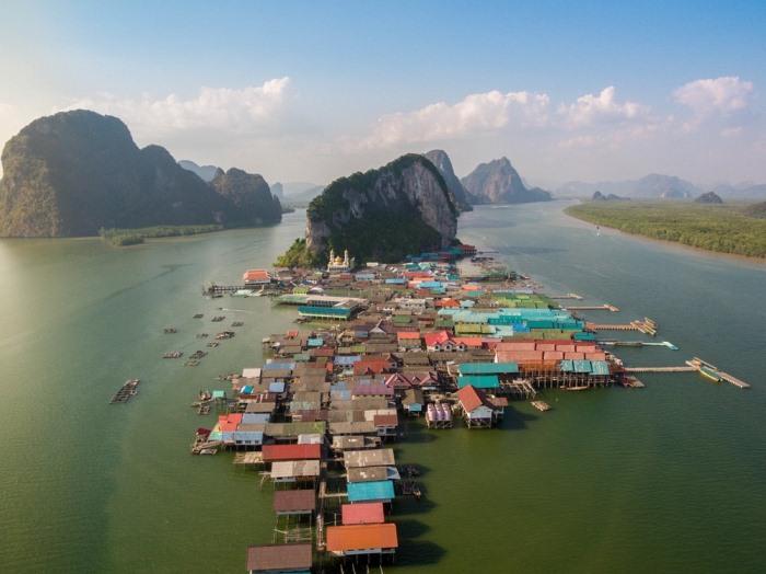 Деревня, построенная на сваях над водой.