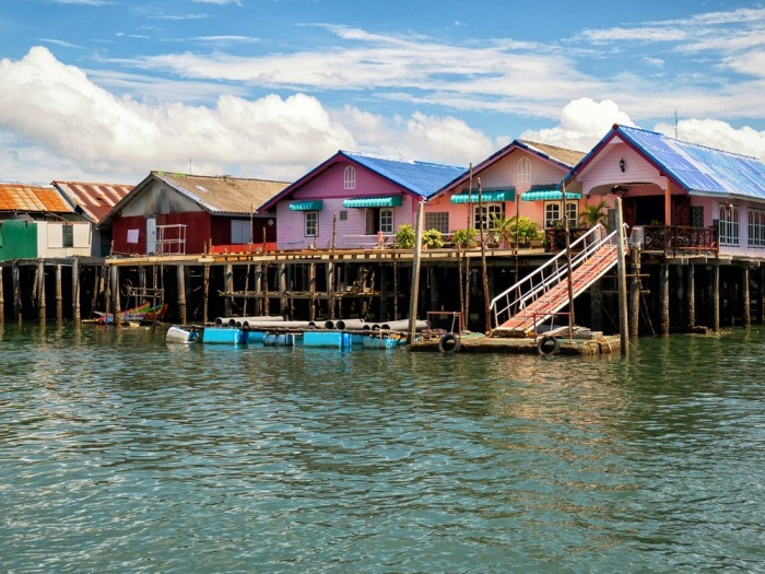 Разноцветные домики у воды.