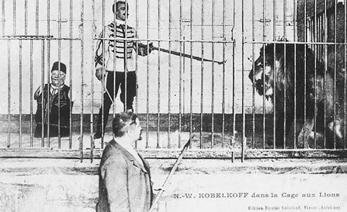 Николай Кобельков в клетке со львом
