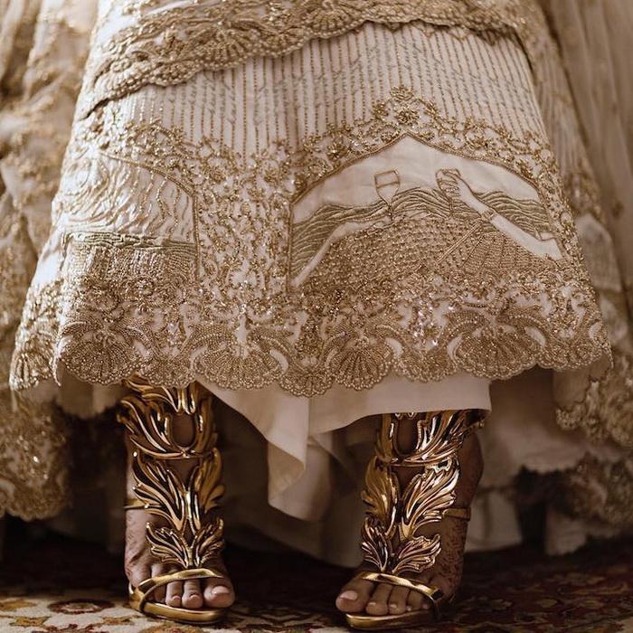 Тончайшая вышивка ручной работы на подоле свадебного платья