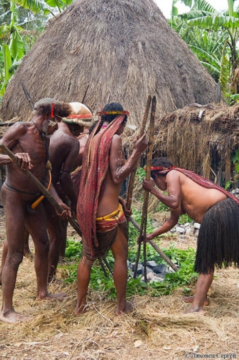 Жители племени разводят костер
