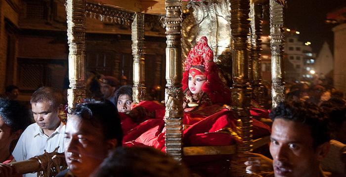 Богиня кумари на священном троне