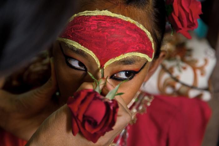 Специальный праздничный макияж для кумари. Фото: theliteratelens.com