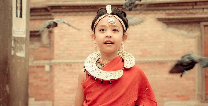 Кумари, облаченная в красные одежды