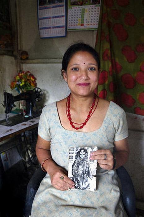 Санубаджико Шакья, 34 года. Женщина работает швеей на дому, у нее есть муж и две дочери, предпочитает не рассказывать о божественном прошлом