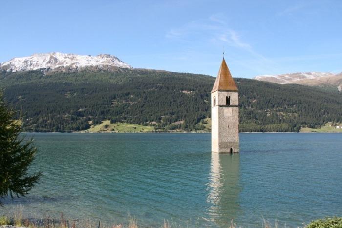 Затопленная церковь в итальянской деревне Граун