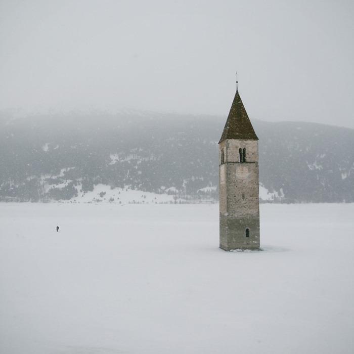 Согласно легендам, зимой возле церкви можно слышать колокольный звон