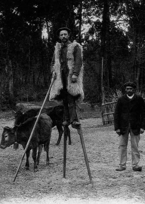 При ходьбе пастухи-акробаты помогали себе посохом.